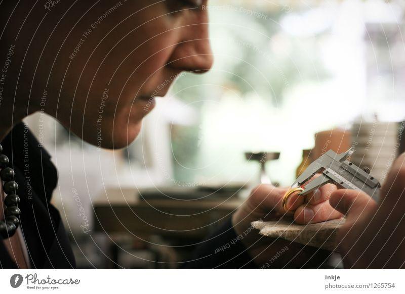 Goldschmieden 3 Mensch Frau Hand Gesicht Erwachsene Leben Gefühle Stimmung Arbeit & Erwerbstätigkeit authentisch Beruf Ring Handwerk Kontrolle machen Vorsicht