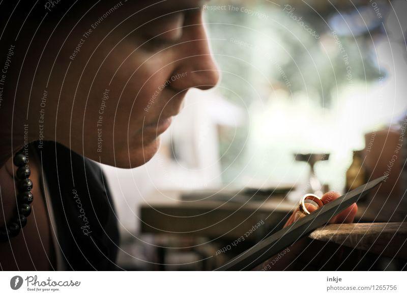 Goldschmieden 4 Arbeit & Erwerbstätigkeit Beruf Handwerker Goldschmiederei Kunsthandwerk Kunsthandwerker raspeln Frau Erwachsene Leben Gesicht Finger 1 Mensch