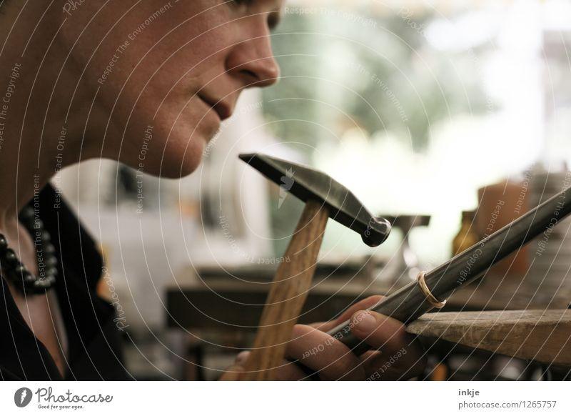 Goldschmieden 5 Arbeit & Erwerbstätigkeit Beruf Handwerker Goldschmiederei Kunsthandwerk Kunsthandwerker Arbeitsplatz Hammer Frau Erwachsene Leben Gesicht