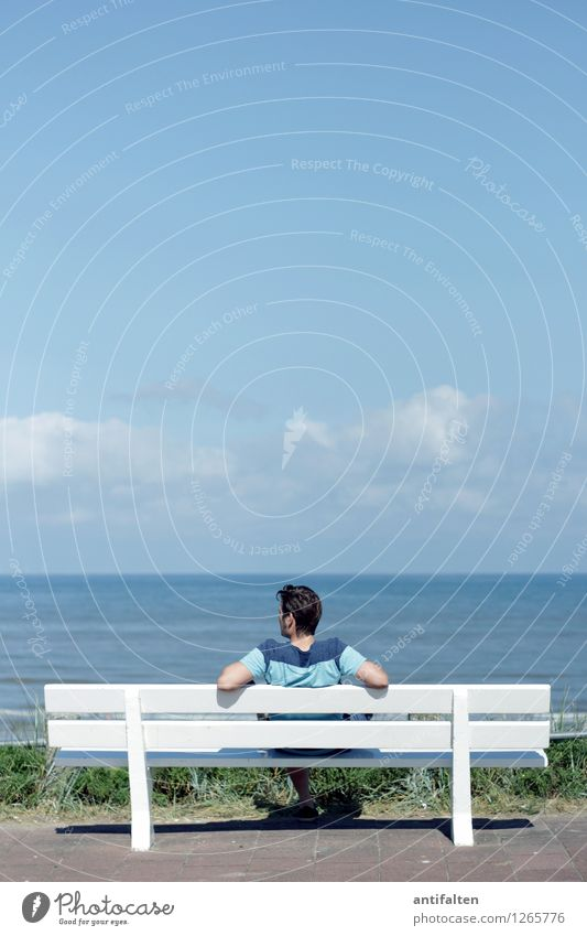 Blick zurück Mensch Himmel Natur Ferien & Urlaub & Reisen Mann blau Sommer Wasser Sonne Erholung Meer Ferne Erwachsene Küste Haare & Frisuren Kopf