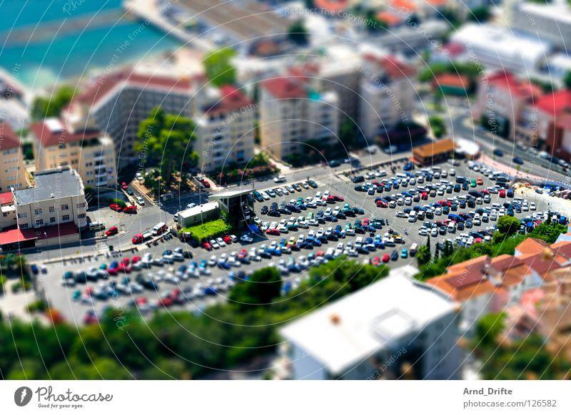 Mini-Parkplatz grün Stadt Haus Straße Berge u. Gebirge PKW Küste klein Hochhaus Verkehr mehrere Spanien Verkehrswege viele