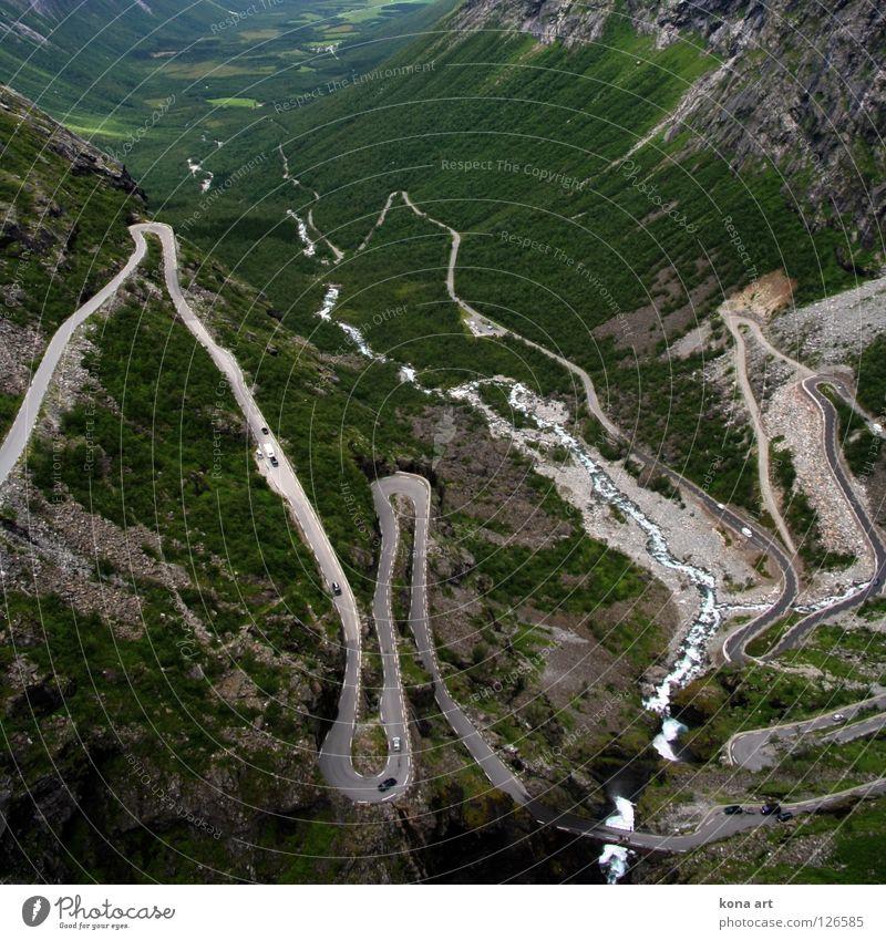 immer munter hoch und runter Natur grün Wasser Baum Wald Berge u. Gebirge Straße Wege & Pfade oben PKW Fluss Autobahn Asphalt Spuren Verkehrswege aufwärts