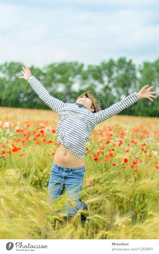 yeah Kind Mädchen Kindheit Jugendliche Leben 1 Mensch 8-13 Jahre schreien springen Mädchenportrait Mohnfeld Mohnblüte Feld Feldfrüchte Glück Applaus Freiheit