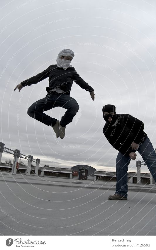 Gibts ja net, da hebt der einfach ab ... weiß schwarz fliegen Macht Filmindustrie Krimineller Parkdeck 2008 Matrix Turban