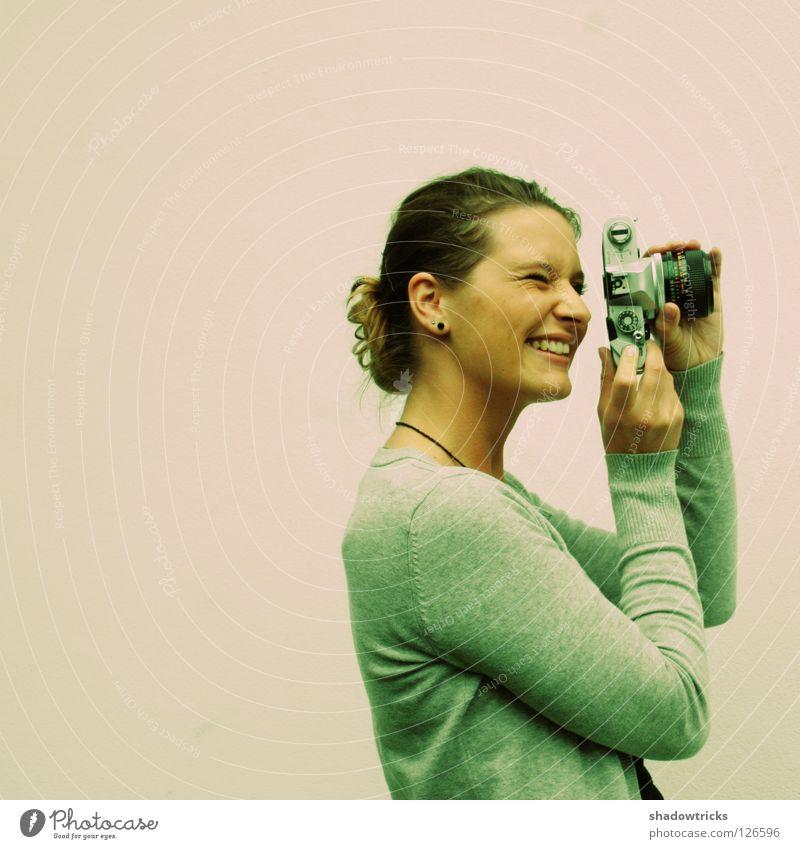 Nostalgie 2 Frau Freude Wand lachen Freizeit & Hobby Fotokamera analog Quadrat Fotograf Mitarbeiter Fotografieren Objektiv Cross Processing