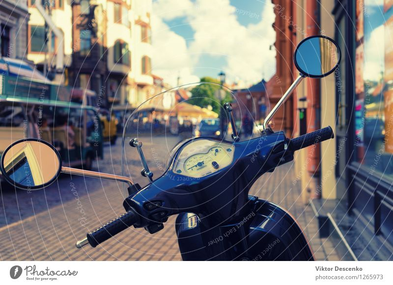 Roller geparkt auf dem alten Stadtplatz Ferien & Urlaub & Reisen blau Sommer rot Haus Straße Architektur Gebäude Fassade Tourismus Verkehr Europa Ostsee