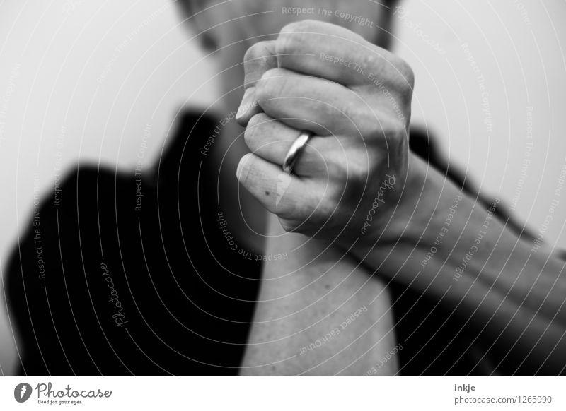titellos Lifestyle Frau Erwachsene Partner Leben Hand Faust 1 Mensch 30-45 Jahre Ring Ehering festhalten kämpfen Kommunizieren machen Aggression rebellisch