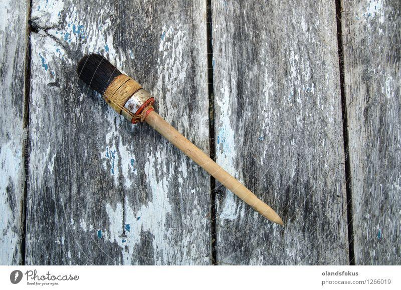 Ein benutzter Malerpinsel an einer alten verwitterten Oberfläche Haus Arbeit & Erwerbstätigkeit Handwerk Werkzeug weiß Farbe Bürste Entwurf Gerät heimwärts