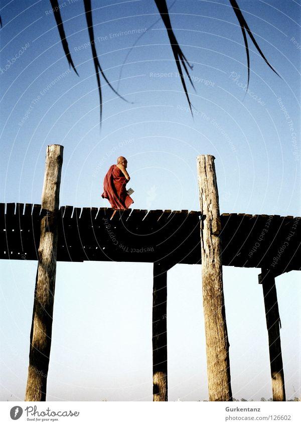 Buddhas Pfad Himmel Mann Holz Brücke Asien Pfosten Tracht Schädel Mönch Schiffsplanken Myanmar Buddhismus Teak Mandalay Mönchskutte