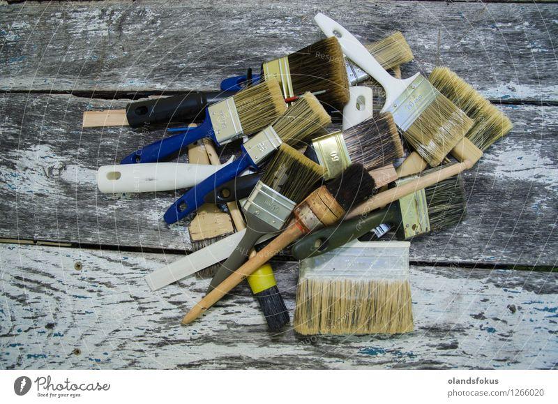 Haufen von gebrauchten Pinsel an einer alten Holzoberfläche Haus Arbeit & Erwerbstätigkeit Handwerk Werkzeug Menschengruppe Sammlung außergewöhnlich blau weiß