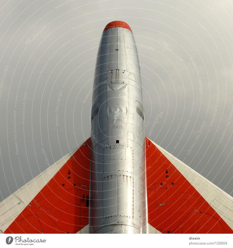 Abflug Flugzeug Düsenflugzeug Düsenjäger Triebwerke Stahl Überschallflugzeug rot weiß Wolken grau veraltet Absturz Ferien & Urlaub & Reisen fliegen Luftverkehr