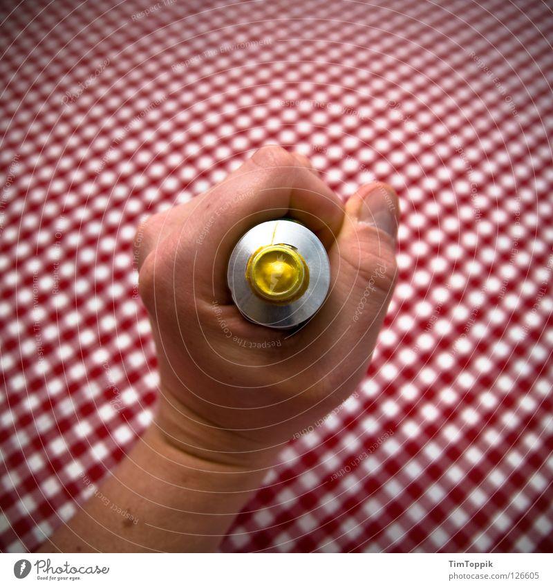 Squeeze it! Hand Tisch Muster Quadrat rot-weiß gelb drücken zerquetschen Mitte zentral Finger Faust Lebensmittel Kräuter & Gewürze Vesper Gastronomie Küche