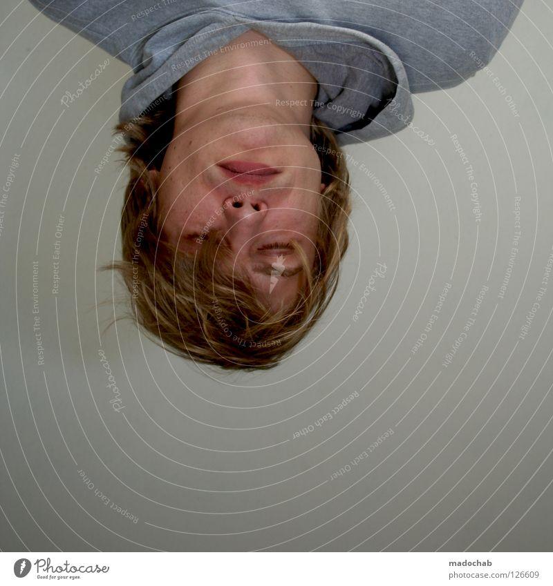 TAGESABLAUF: SCHLAFEN Mann Kerl maskulin Porträt Mensch Lifestyle Student Pullover einfach trist Kopfstand verkehrt Haare & Frisuren blond schlafen träumen