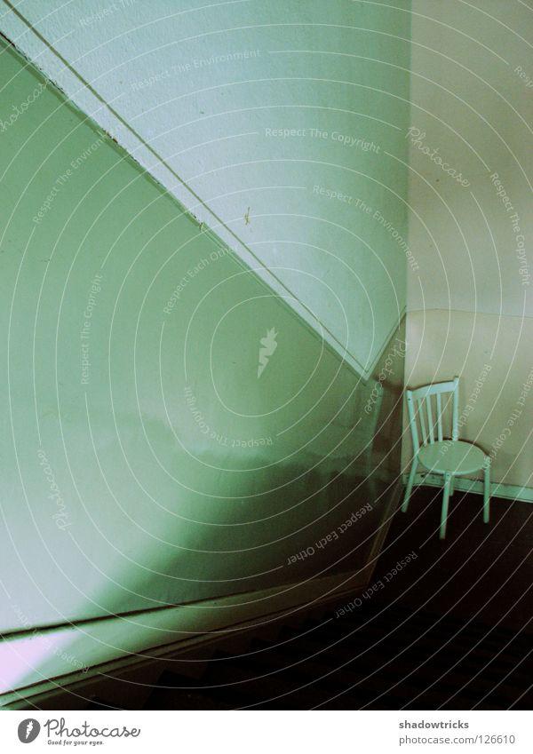 Stuhl Möbel Sitzgelegenheit Wand Treppenhaus dunkel glänzend Flur weiß Furniture alt Chair