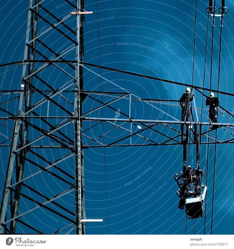 Strommast Mensch Energiewirtschaft Arbeit & Erwerbstätigkeit Energie Elektrizität Technik & Technologie Industrie Kabel Strommast Leitung industriell Hochspannungsleitung Arbeiter Reparatur Wattenmeer Strebe