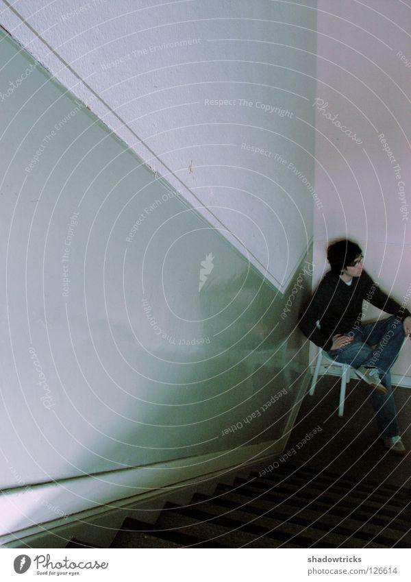 Tim im Treppenhaus Möbel Sitzgelegenheit Wand dunkel glänzend Flur weiß Mensch Stuhl Furniture alt Chair sitzen Vierfarbform