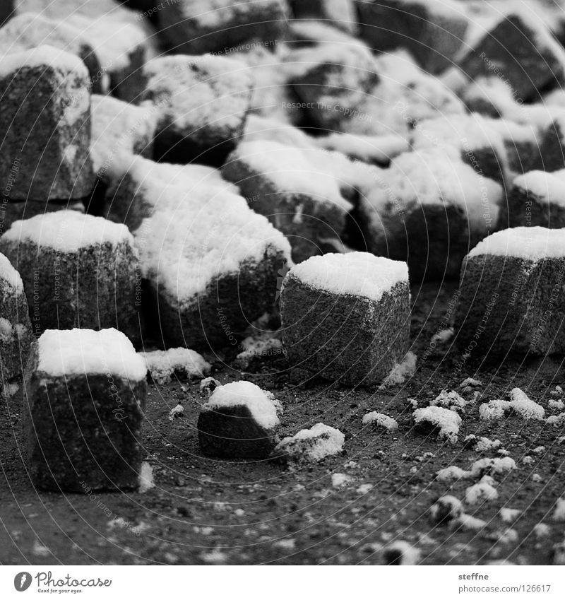 Sahnehäubchen Winter Straße kalt Schnee Stein gefährlich Baustelle Bürgersteig gefroren Quadrat Verkehrswege Kopfsteinpflaster bauen werfen Zucker hart