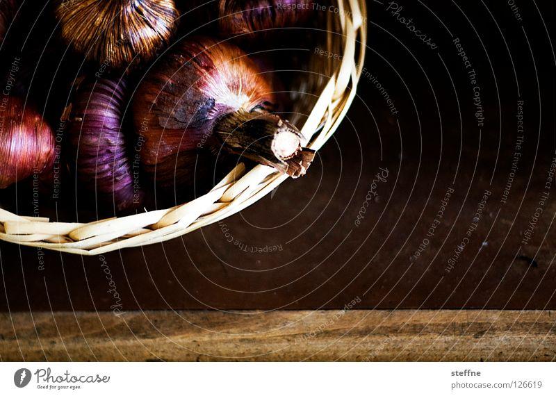 Zwiebeltopf Korb Tisch Tischplatte Zwiebelsuppe violett Frühlingszwiebel netzartig Schalotten weinen Zutaten Küche kochen & garen Mittag Gastronomie Gemüse