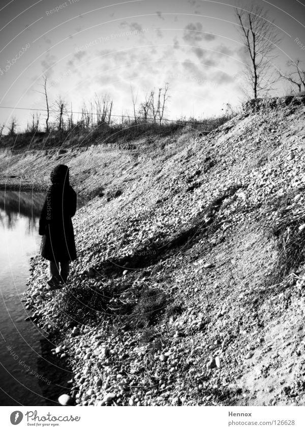 Tatort See schwarz grau Frau Trauer geheimnisvoll verwegen weiß Herbst Verzweiflung Stein Mineralien