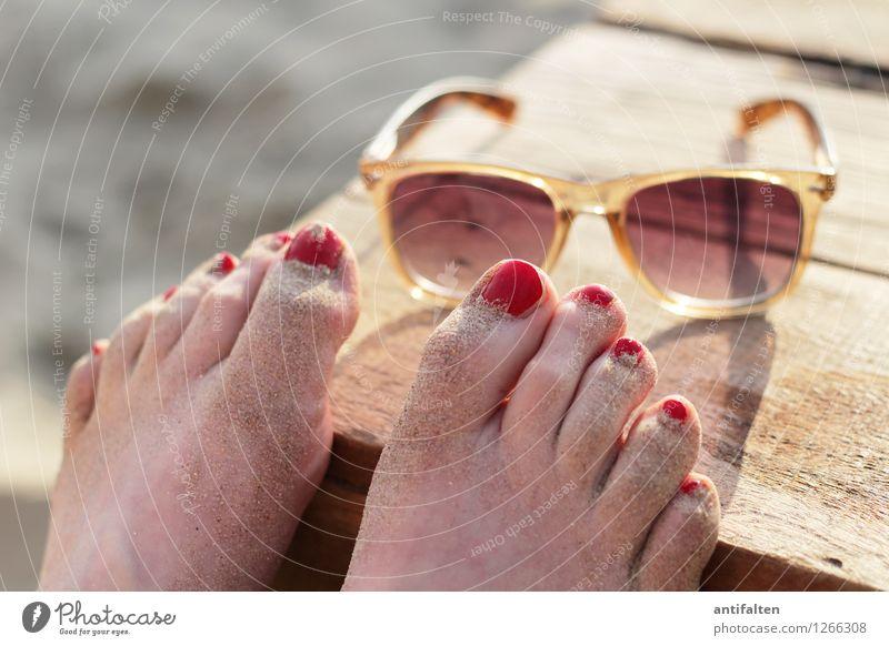 Strandbarfuß Mensch Frau Ferien & Urlaub & Reisen Sommer Sonne Erholung Meer rot Ferne Erwachsene feminin Holz Lifestyle Freiheit Fuß