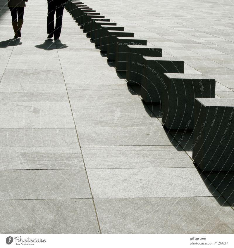 walk the dotted line (1) Frau Mensch Mann Stein Linie gehen Spaziergang Quadrat Geometrie Würfel Mineralien gepunktet aufgereiht nebeneinander