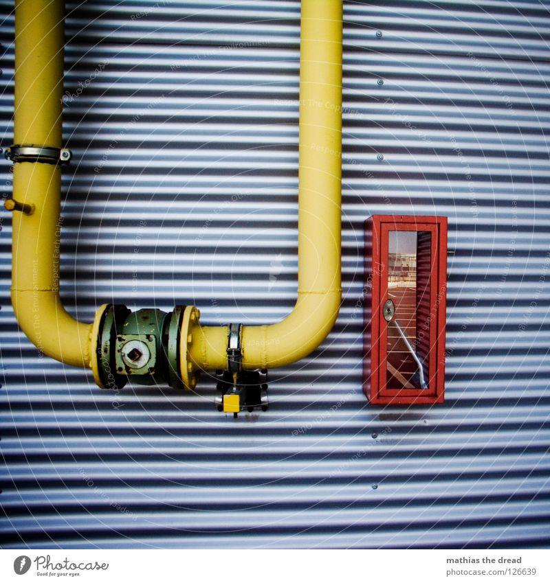 U-Turn Fassade Blech wellig Wellblech parallel Notfall Ende Schraubenschlüssel gelb gekrümmt rund Vogelperspektive Ventil Anschluss rot Industrie Feuer Brand