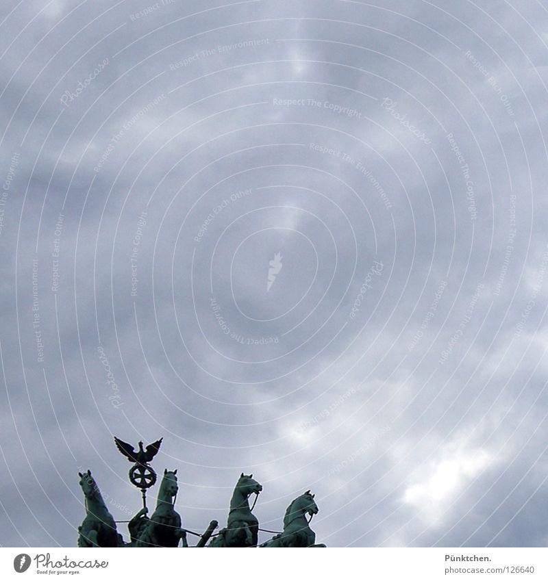 Quadriga im Quadrat Himmel Wolken dunkel Berlin grau oben hoch Pferd Wahrzeichen Denkmal Hauptstadt 4 Statue Tor Quadrat Eingang