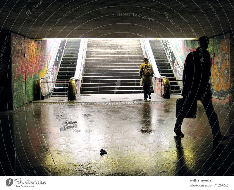Kommen und Gehen Mann dunkel Arbeit & Erwerbstätigkeit gehen nass Tunnel kommen Rolltreppe Unterführung