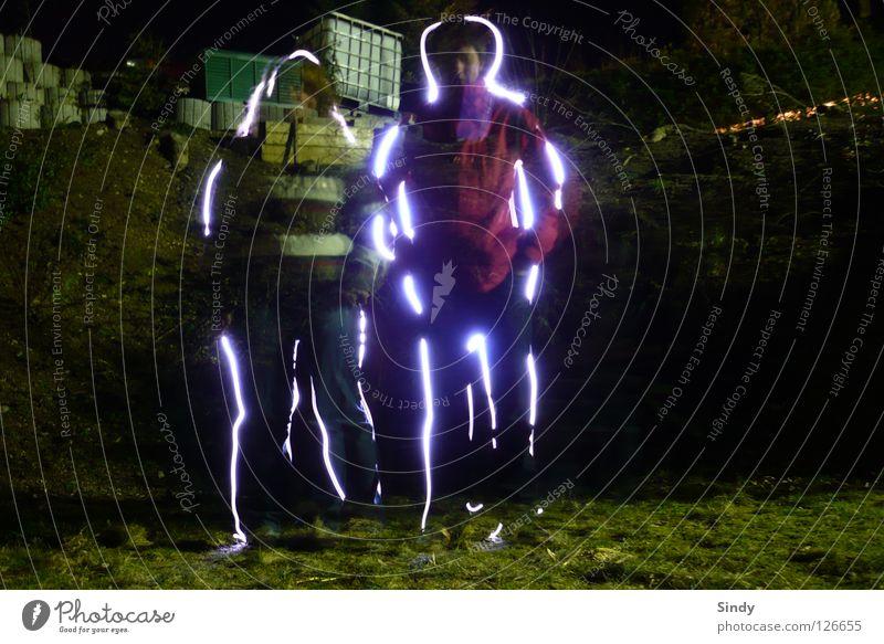 Die Zwei Langzeitbelichtung 2 Licht Frau Mann durchsichtig Jacke Hose Strahlung lässig stehen Gras Wiese dunkel Nacht Mensch Lampe Schatten Haare & Frisuren