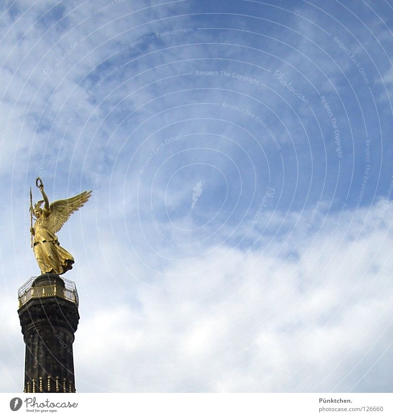Goldelse im Quadrat Himmel weiß blau Wolken Berlin Kunst glänzend gold Engel Turm Flügel Mitte Denkmal Wahrzeichen edel Säule