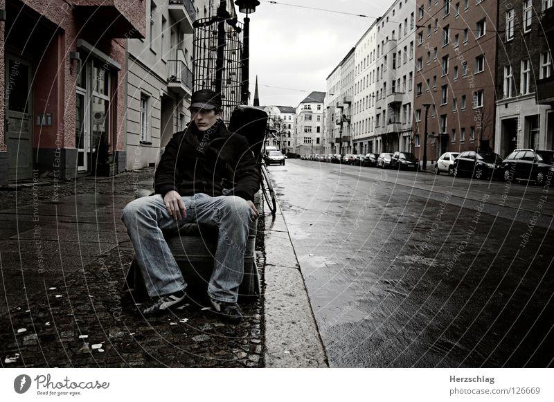 Sitting in Berlin Sessel leer grauenvoll Stimmung negativ Hoffnung Müll Trauer Verzweiflung Sebastian Kontrast Straße sitzen Jugendpresse Jugendfotos Einsamkeit