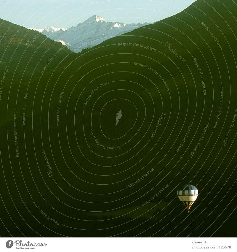 hoch hinunter Freude dunkel Berge u. Gebirge Freiheit hell fliegen hoch Hoffnung Abenteuer Freizeit & Hobby Gipfel tief leicht Gegenteil Tal Feierabend