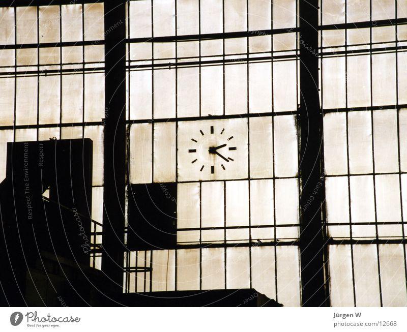 wie die Zeit vergeht Uhr Fabrik Fenster Produktion Gitter Industrie historisch Glas dreckig Lagerhalle alt watch glass factory window time dirt production