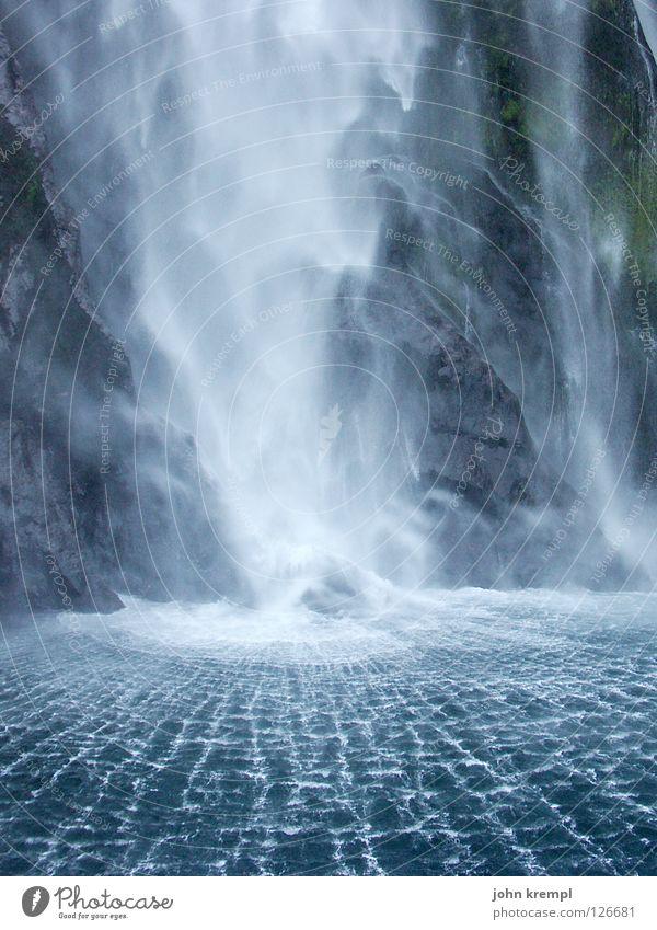 alles fließt Milford Sound Gischt Urwald Südinsel Neuseeland Sogn og Fjordane Strahlung Naturgewalt Strand Küste Wasser Wasserfall Limonade Wildtier tosend blau