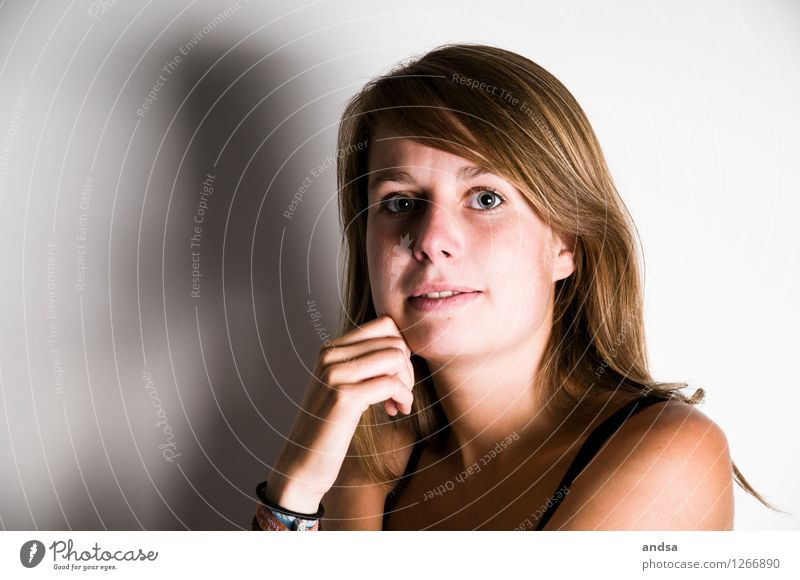 . Mensch feminin Junge Frau Jugendliche 1 18-30 Jahre Erwachsene Top Armband Haare & Frisuren brünett langhaarig beobachten Denken entdecken Kommunizieren Blick