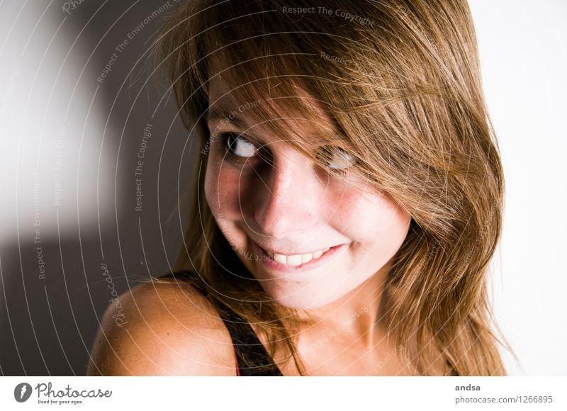 . Mensch Jugendliche Junge Frau 18-30 Jahre Erwachsene Liebe feminin grau braun leuchten Fröhlichkeit Lächeln beobachten niedlich Neugier Partnerschaft