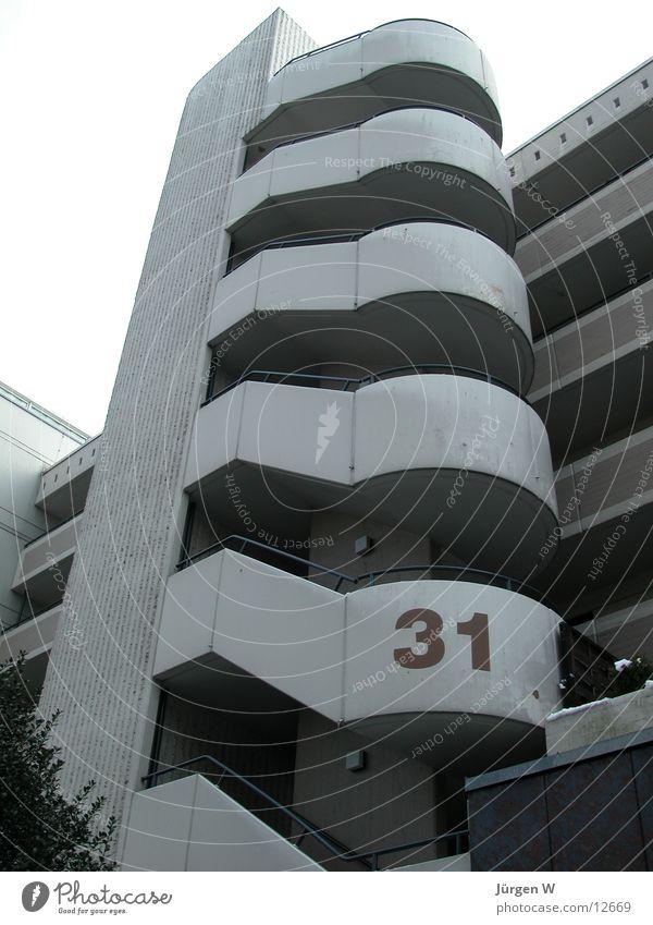 einunddreissig Architektur Beton hoch rund Treppenhaus steil Wendeltreppe