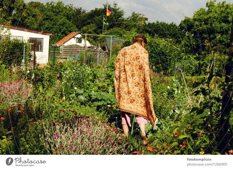 garten_königin 2 Mensch Frau Natur Erholung Erwachsene Garten Idylle Deutsche Flagge Dorf Schrebergarten Nostalgie verträumt Kleinstadt Stadtrand