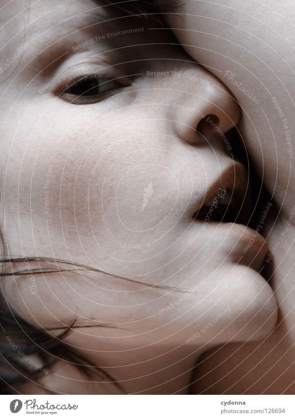 Closer I Frau schön Beautyfotografie Porträt geheimnisvoll schwarz bleich Lippen Stil lieblich Selbstportrait Gefühle Licht Schwäche feminin Lichteinfall