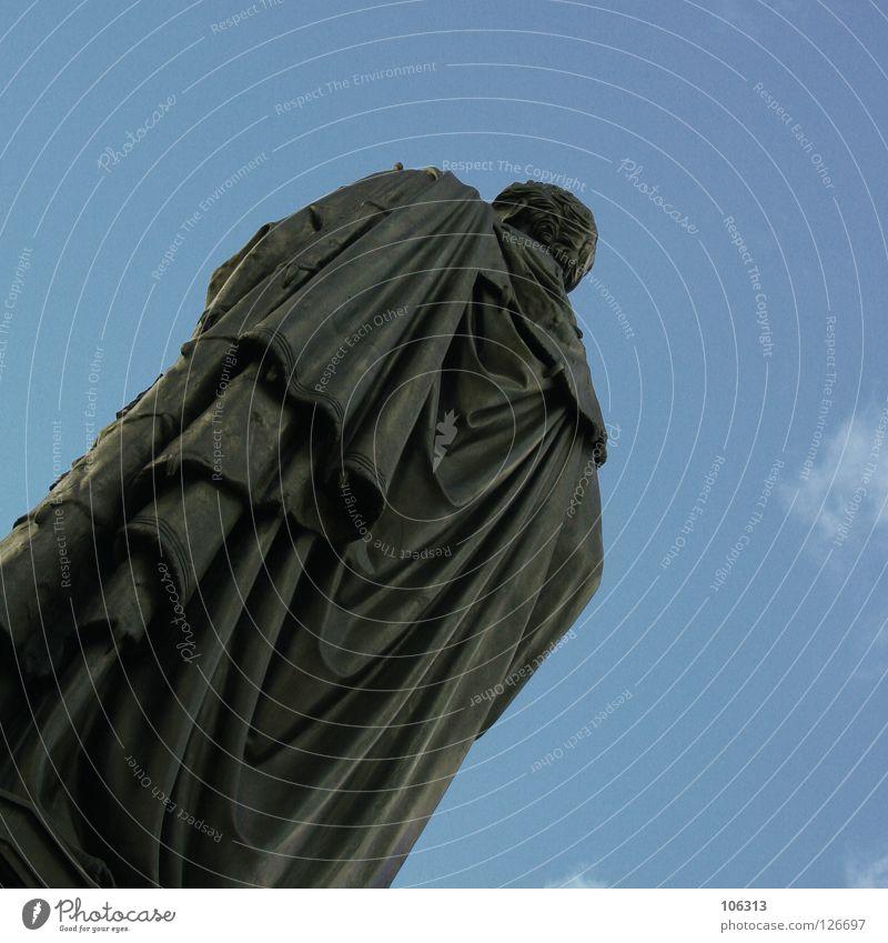 GOTT IN FRANKREICH Mensch Himmel Mann Stadt ruhig Kunst Rücken ästhetisch bedrohlich Macht historisch Denkmal Statue Wachsamkeit Skulptur Mantel