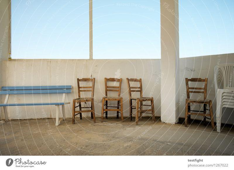 stuhlreihe mit bank Stuhl Bank Holzstuhl alt trist blau Stillleben ruhig gehen Farbfoto Innenaufnahme Morgen