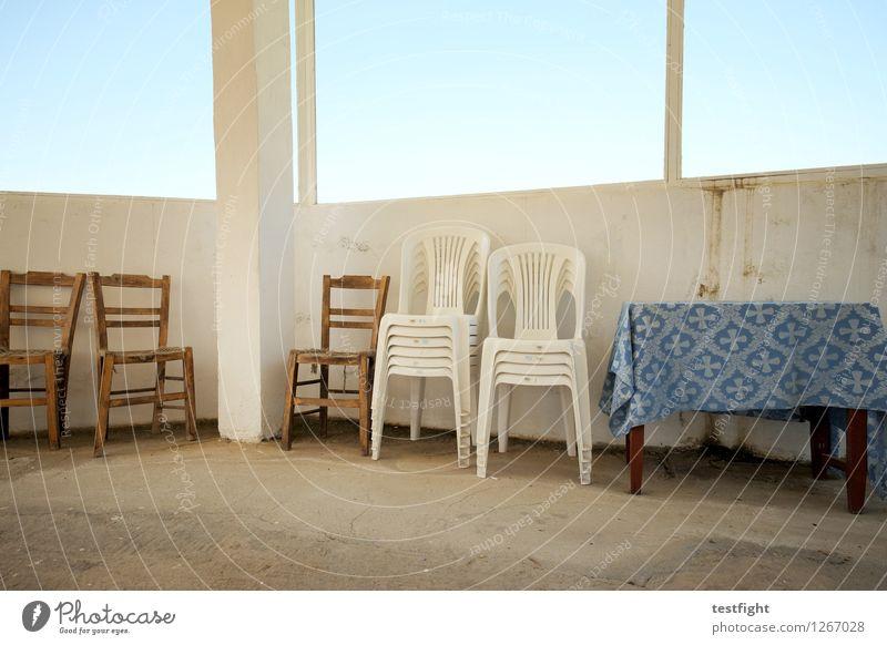 stuhlreihe mit tisch Stuhl Tisch Holzstuhl Plastikstuhl Stein alt blau ruhig stagnierend Tischwäsche Fensterscheibe Farbfoto Innenaufnahme Morgen Licht