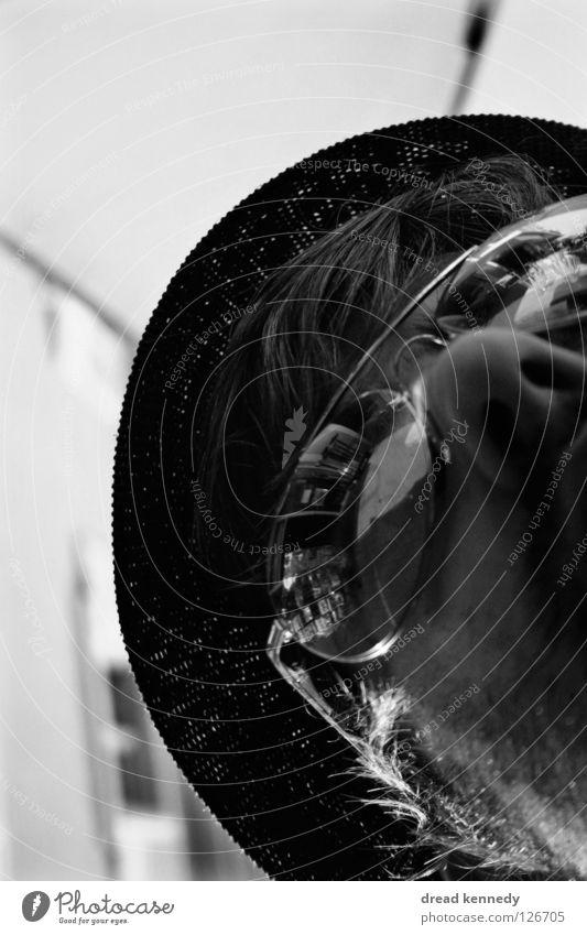KaffeeHut Schwarzweißfoto Außenaufnahme Textfreiraum links Textfreiraum oben Tag Froschperspektive Porträt Blick nach oben Haare & Frisuren Haus Tisch Mensch