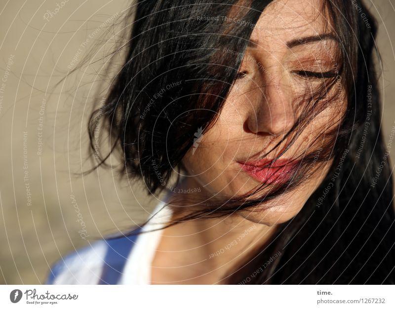 . Mensch Frau schön Erholung ruhig Erwachsene Leben Gefühle feminin Glück Zeit Freiheit Sand träumen Zufriedenheit Wind