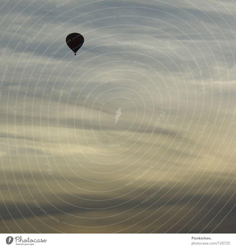 chaser of the lonely driver Ballone Sonnenuntergang weiß Schleier hoch steigen gleiten fahren Schweben ruhig Fernweh Aussicht Horizont Dämmerung Sauerland Mut