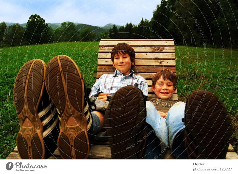 Leben auf großen Füßen Wolken Wiese Kind Junge maskulin Baum Wald grün Umwelt Schuhe Schuhsohle Schaukelstuhl Liegestuhl Fröhlichkeit Sommer Freude Himmel