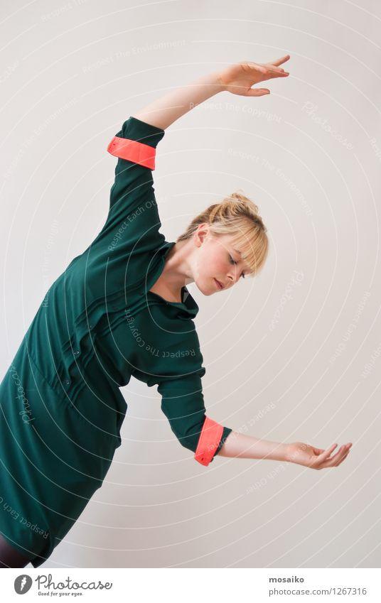 Balance Mensch Frau Jugendliche schön Junge Frau Freude 18-30 Jahre Erwachsene Bewegung feminin Stil Lifestyle Kunst fliegen Mode Design
