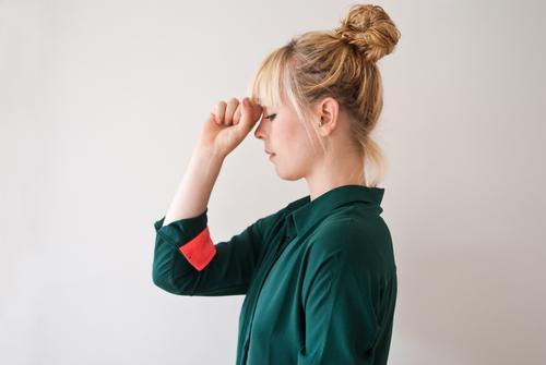 Konzentration feminin Junge Frau Jugendliche Erwachsene 13-18 Jahre schön Stress Erholung Kopfschmerzen Gedanke Bewusstsein Denken Faust gestikulieren vergessen