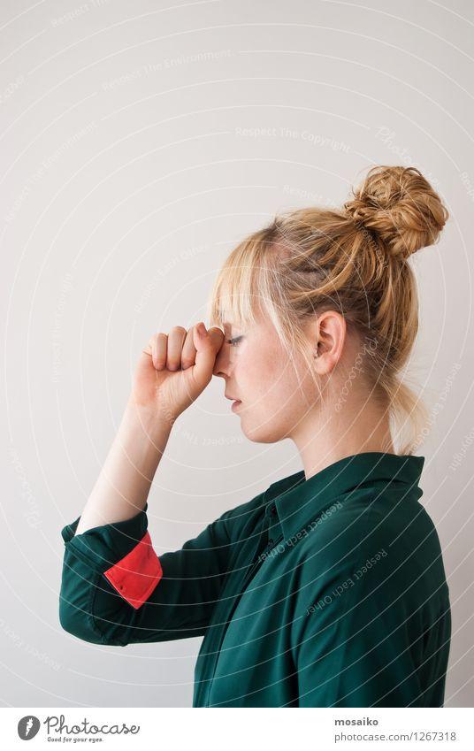 Erinnern Mensch feminin Junge Frau Jugendliche Erwachsene 1 18-30 Jahre Denken träumen verlieren Wunsch erinnern vergessen Konzentration Gedächtnis Faust Hand