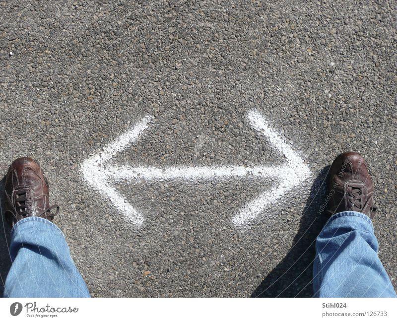 unentschlossen Straße Jeanshose Schuhe Turnschuh Pfeil Denken braun weiß Konzentration Krise Moral stagnierend Wandel & Veränderung Richtung geradeaus links